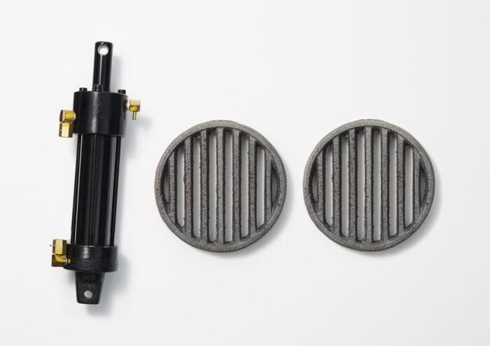 油圧シリンダーと七輪の簾(す) ⼀つ⼀つの部品が100 年の歴史を形作る